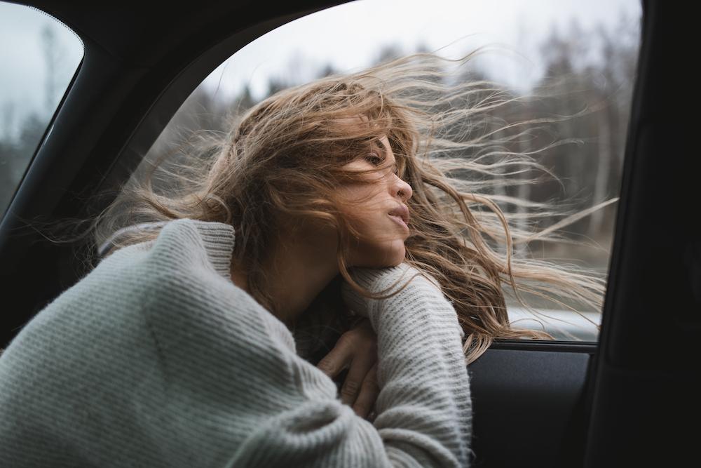 Nachdenkliche Frau sitzt im auto. Er will mich nicht mehr.